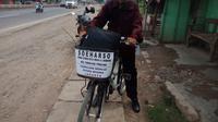 Lansia pensiunan guru rela bersepeda dari Pemalang Jawa Tengah demi bertemu dengan Presiden Jokowi. (Liputan6.com/ Abramena)