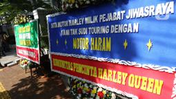 Sejumlah karangan bunga terpajang di depan Pengadilan Negeri Jakarta Pusat, Senin (12/10/2020). Karangan bunga yang mengharapkan keadilan tersebut berjejer menjelang sidang vonis terdakwa kasus dugaan korupsi di PT Asuransi Jiwasraya (Persero). (Liputan6.com/Angga Yuniar)