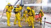 Para petugas pemadam kebakaran ambil bagian dalam latihan darurat mengatasi bahaya kimia dan kecelakaan terkait musim dingin di Wuhai, Daerah Otonom Mongolia Dalam, China utara (25/11/2020). (Xinhua/Peng Yuan)