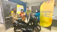 PT. Terang Dunia Internusa (United Bike) resmi menjalin kerja sama dengan PT. Laksana Tekhnik Makmur dalam hal penyediaan body PVN nylon untuk kendaraan motor listrik jenis United E-Motor T1800. (Foto. Dok. United Bike)