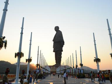 "Polisi India berjaga dekat patung tertinggi dunia, ""Statue Of Unity"", di negara bagian Gujarat, Selasa (30/10). Patung tertinggi di dunia itu menggambarkan sosok Sardar Vallabhbhai Patel, yakni seorang pemimpin kemerdekaan pada 1940. (SAM PANTHAKY/AFP)"