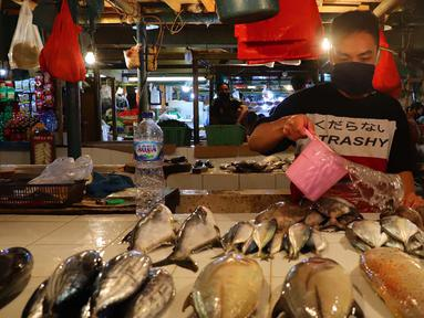 Pedagang menyirami ikan jualannya agar kelihatan segar di Pasar Senen, Jakarta, Jumat (8/1/2021). Harga jual ikan laut saat ini mengalami lonjakan yang diakibatkan kurangnya pasokan ikan dari nelayan ke pedagang di pasar tradisional. (merdeka.com/Imam Buhori)
