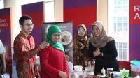 Cagub Jatim Khofifah menghadiri Festival Jajanan dan Kampoeng Petjinan Surabaya. (Dian Kurniawan/Liputan6.com)