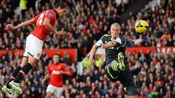 Javier Hernandez (kiri) menambah gol ke-3 Manchester United selama pertandingan sepak bola Liga Inggris antara Manchester United melawan Stoke City di Old Trafford, Manchester, Sabtu (26/10/2013). (Foto: AFP/Andrew Yates)