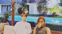 Liburan Unik Dinda Kanya Dewi, Bawa Patung Gambar Suga BTS ke Bali. foto; Instagram @dindakanyaa