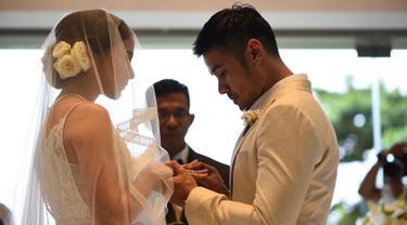 Aktor Chicco Jerikho memakaikan cincin kepada Putri Marino saat acara pernikahannya di Bali. Disaksikan keluarga dan sahabat, pernikahan tersebut berjalan dengan penuh kebahagiaan. (Instagram.com/chicco.jerikho)