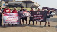 Suporter Timnas Indonesia U-22 yang siap memberikan dukungan sepanjang pertandingan semifinal Piala AFF U-22 2019 kontra Vietnam. (Bola.com/Zulfirdaus Harahap)