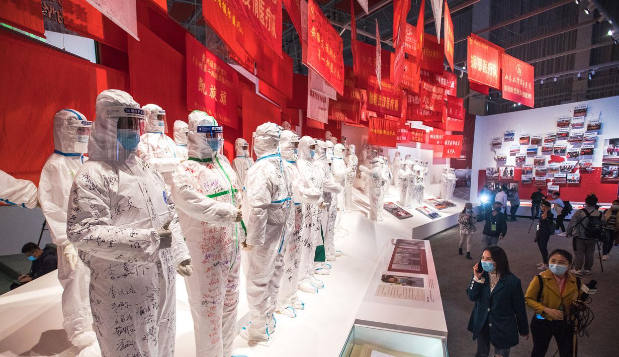 Sejumlah orang mengunjungi pameran tentang perjuangan China melawan epidemi COVID-19 di Wuhan, Provinsi Hubei, China tengah (15/10/2020). Pameran khusus tentang perjuangan negara tersebut melawan epidemi COVID-19 dimulai pada Kamis (15/10) di Wuhan.  (Xinhua/Xiao Yijiu)