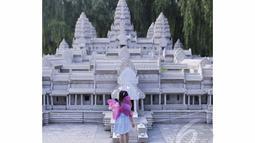 Seorang bocah melihat miniatur bangunan Angkor Watt dari Negara Kamboja di Beijing World Park (AFP Photo/STR)