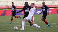 Striker Bali United, Melvin Platje, versus pemain Persipura, vs Andre Ribeiro, dalam laga di Stadion Gelora Delta, Sidoarjo (11/11/2019). (Bola.com/Aditya Wany)