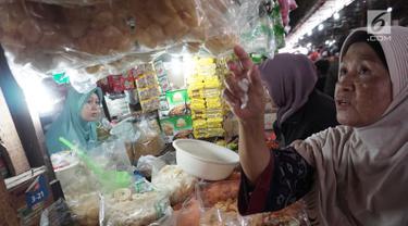 Pedagang melayani pembeli di Pasar Kebayoran Lama, Jakarta, Kamis (3/1). Badan Pusat Statistik (BPS) mengumumkan inflasi bulanan pada Desember sebesar 0,62% sehingga inflasi tahunan mencapai 3,13% pada 2018. (Liputan6.com/Herman Zakharia)