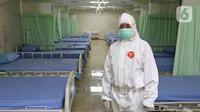 Petugas medis menyiapkan ruang isolasi tambahan di Stadion Patriot Chandrabhaga, Bekasi, Jawa Barat, Rabu (9/9/2020). Jumlah kasus COVID-19 di Bekasi sebanyak 32 aktif, 1.016 sembuh, 67 meninggal, dan 212 orang meninggal dengan penyakit khusus. (Liputan6.com/Herman Zakharia)