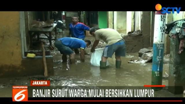 Berbekal alat seadanya, warga mengumpulkan sampah dan lumpur yang mengendap.