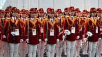 Pemandu sorak Korea Utara bersiap menyambut atlet asal negaranya di Desa Olimpiade, Gangneung, Korea Selatan, Kamis (8/2). (AP Photo / Jae C. Hong)