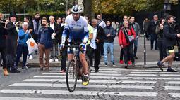 Pembalap sepeda Inggris, Mark Beaumont setibanya di Arc de Triomphe, Paris, setelah menyelesaikan tur keliling dunia dalam waktu 78 hari, Senin (18/9). Mark telah menempuh jarak 28 ribu kilometer lebih, melintasi 14 negara. (CHRISTOPHE ARCHAMBAULT / AFP)