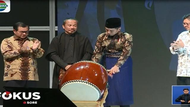 Berbalut sarung biru dan kemeja batik, Presiden Joko Widodo (Jokowi) membuka Muslim Fashion Festival (Muffest) 2018, di Jakarta Convention Center (JCC).