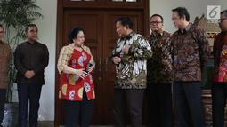 Ketua Umum PDIP, Megawati Soekarnoputri (kedua kiri) bersama Ketua Umum Partai Gerindra, Prabowo Subianto jelang memberikan keterangan usai pertemuan dan makan siang bersama di kediaman Megawati di Jalan Teuku Umar, Jakarta, Rabu (24/7/2019). (Liputan6.com/Helmi Fithriansyah)