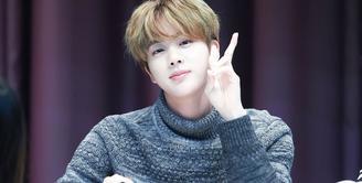 Lantaran wajahnya yang imut, Jin kerap dikira sebagai maknae BTS. Padahal cowok kelahiran 4 Desember 1992 ini merupakan personel BTS paling tua. (Foto: koreaboo.com)