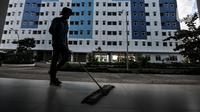 Petugas kebersihan mengepel lantai di Rusun Nagrak, Cilincing, Jakarta Utara, Selasa (15/6/2021). Rencananya, Tower 1-5 Rusun Nagrak akan menjadi tempat isolasi pasien COVID-19. (merdeka.com/Iqbal S. Nugroho)
