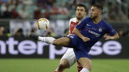 Penyerang Chelsea, Eden Hazard, berebut bola dengan bek Arsenal, Sokratis Papastathopoulos, pada laga final Liga Eropa di Baku Olympic Stadium, Kamis (30/5) dini hari WIB. Chelsea menang 4-1 atas Arsenal. (AP Photo/Luca Bruno)