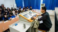 Kendati mengidap penyakit mematikan, seorang dosen tidak pernah absen mengajar di Universitas Wuhan, provinsi Hubei.