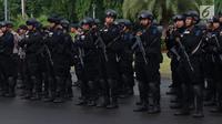 Pasukan dari Korps Brimob Polri mengikuti apel kesiapan pengamanan malam pergantian tahun di kawasan Silang Monas, Jakarta, Senin (31/12). Apel dipimpin Kapolda Metro Jaya, Irjen Pol Idham Azis bersama unsur terkait. (Liputan6.com/Helmi Fithriansyah)