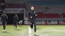 Para pemain Korea Selatan bersiap mengikuti latihan tim Stadion Kim Il Sung di Pyongyang (14/10/2019). Korea Selatan akan bertanding melawan Korea Utara pada grup H kualifikasi Piala Dunia 2022. (Korea Football Association/AFP)