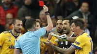 Wasit Michael Oliver memberikan kartu merah kepada kiper Juventus, Gianluigi Buffon pada leg kedua perempat final Liga Champions di Santiago Bernabeu stadium, Madrid, (11/4/2018). Real Madrid menang agregat 4-3.(AP/Francisco Seco)