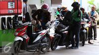 Sejumlah pengendara motor antre untuk mengisi bahan bakar minyak (BBM) di SPBU, Jakarta, Kamis (5/1). PT Pertamina (Persero) menaikan harga Bahan Bakar Minyak Umum jenis Pertamax Series, Pertalite, dan Dexlite Rp 300 per liter. (Liputan6.com/Angga Yuniar)