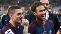 Penyerang PSG, Neymar Jr dan gelandang Marco Verratti merayakan timnya meraih juara Piala Prancis usai mengalahkan Les Herbiers di final di Stade de France di Saint-Denis, Paris (8/5). PSG menang 2-0 atas Tim divisi tiga tersebut. (AFP Photo/Franck Fife)