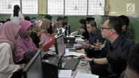 Petugas melayani pendaftaran Penerimaan Peserta Didik Baru (PPDB) Jalur Zonasi di SMA Negeri 21, Jakarta, Senin (24/6/2019). Pendaftaran PPDB DKI Jakarta Jalur Zonasi SMP-SMA dibuka pada 24-26 Juni 2019 mulai pukul 08.00-16.00 WIB. (merdeka.com/Iqbal Nugroho)