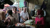 Mendagri Enggartiasto Lukita saat meninjau kondisi dan harga beras di salah satu Pasar Tradisional Cirebon. (Liputan6.com / Panji Prayitno)