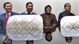 Walikota Surabaya Tri Rismaharini (kedua kanan) menunggu di ruang tunggu Komisi III sebelum melakukan Rapat dengar Pendapat dengan Komisi III DPR, di Kompleks Parlemen, Senayan, Jakarta, Selasa (29/11). (Liputan6.com/Johan Tallo)