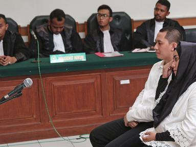 Terdakwa kasus dugaan penipuan biro perjalanan umrah First Travel Andika Surachman dan Anniesa Hasibuan menjalani sidang di PN Depok, Jawa Barat, Rabu (30/5). Sidang ini beragendakan pembacaan vonis. (Liputan6.com/Herman Zakharia)