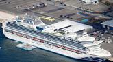 Kondisi kapal pesiar Diamond Princess yang dikarantina di sebuah pelabuhan di Yokohama, Jepang, Rabu (19/2/2020). Kedutaan Besar Republik Indonesia di Tokyo mengonfirmasi WNI yang terinfeksi virus corona (COVID-19) di kapal tersebut bertambah menjadi empat orang. (Yuta Omori/Kyodo News via AP)