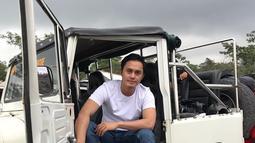 Dalam laman instagramnya ia kerap membagikan aktivitas sehari-harinya. Menggunakan kaos putih serta celana jeans dengan gayanya yang casual  membuat Fadel tampak lebih rupawan. (Liputan6.com/Instagram//fadelislami.rakhmat)