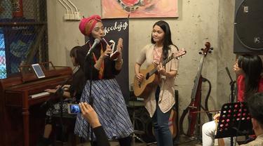 Event gig's nya Sisterhood kali ini menampilkan Ciki Fawzi dan B'tari Cinta.
