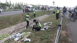 Polisi lalu lintas mengidentifikasi lokasi kecelakaan mobil Grand max yang terjadi diKM 152Tol Cipali, Jawa Barat, Minggu (10/6). Kecelakaan terjadi karena mobil oleng dan menabrak pembatas jalan tol. (Liputan6.com/Arya Manggala)