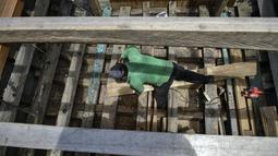 Pekerja menyelesaikan pembuatan kapal nelayan di Banda Aceh, Aceh pada 21 November 2020. Industri galangan kapal tradisional di daerah itu mengalami kesulitan memperoleh bahan baku kayu untuk memproduksi kapal nelayan, sehingga berdampak pada proses penyelesaian kapal. (CHAIDEER MAHYUDDIN/AFP)