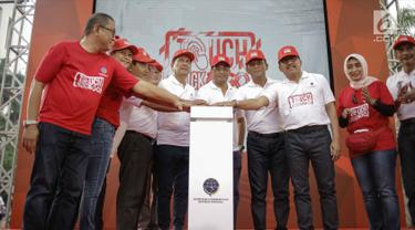 Menhub Budi Karya Sumadi (tengah), Menpan-RB, Asman Abnur (enam kiri) menekan tombol saat peluncuran Sistem Penerbitan Izin Online dan Multimoda (Spionam), E-Ticketing, dan E-Tilang di Jakarta, Minggu (4/3). (Liputan6.com/Faizal Fanani)