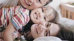 Keluarga Ringgo Agus Rahman dan Sabai Dieter ini memang terkenal lucu dan unik oleh warganet. Seperti yang mereka lakukan dalam foto ini. (Liputan6.com/IG/@ringgoagus)