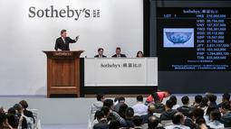 Suasana proses lelang mangkuk langka dari masa Dinasti Qing di rumah lelang Sotheby's Asia, Hong Kong, Selasa (3/4). Mangkuk itu langsung terjual kepada seorang pria dari regional China daratan yang tak disebutkan identitasnya. (ISAAC LAWRENCE/AFP)