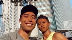 Namun, olahraga yang paling sering Vidi bagikan di akun Instagram pribadinya adalah berlari. Olahraga yang sangat mudah ini sering dilakukan Vidi bersama teman-temannya. Mendengarkan musik dan melindungi diri dari paparan sinar matahari langsung juga kerap dilakukan. (Liputan6.com/IG/@vidialdiano)