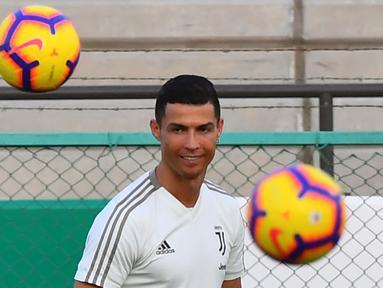 Striker Juventus, Cristiano Ronaldo, saat sesi latihan jelang laga Supercoppa Italia di Stadion King Abdullah Sports City, Selasa (15/1). Juventus akan berhadapan dengan AC Milan. (AFP/Giuseppe Cacace)