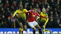 Depay bertarung dengan pemain Watford (Reuters)