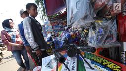 Anak-anak berburu mainan yang dijual di Pasar Gembrong, Jakarta, Selasa (19/6). Libur Lebaran dimanfaatkan sejumlah anak-anak untuk berburu mainan di Pasar Gembrong. (Liputan6.com/Angga Yuniar)