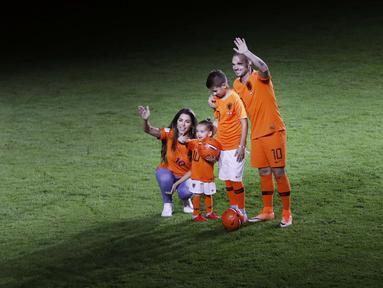 Pemain Belanda, Wesley Sneijder, bersama keluarga usai menjalani laga terakhir bersama timnas Belanda di Stadion Johan Cruijff, Amsterdam, Kamis (6/9/2018). Sneijder telah mencatatkan 134 penampilan dan menyumbang 31 gol. (AP/Peter Dejong)