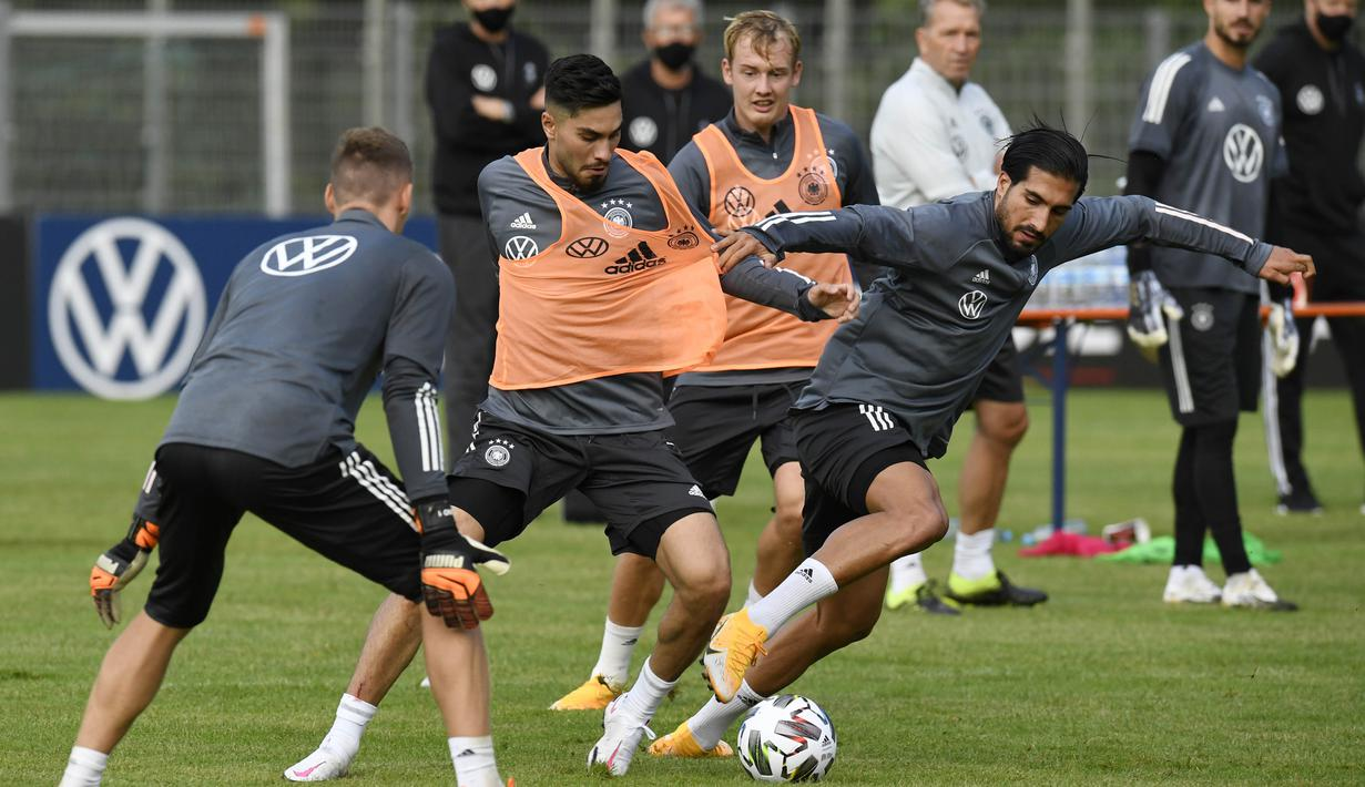 Pemain Timnas Jerman, Suat Serda dan Emre Can, berebut bola saat sesi latihan jelang laga UEFA Nations League di Stuttgart, Senin (31/8/2020). Jerman akan berhadapan dengan Spanyol. (AFP/Thomas Kienzle)