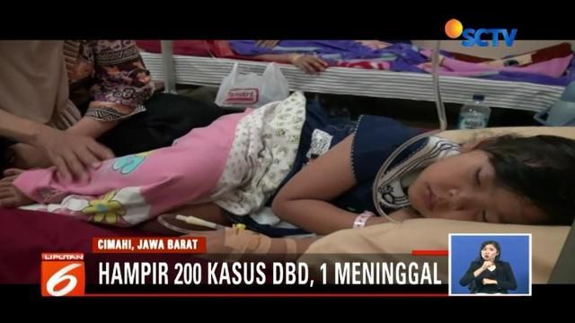 Penyakit DBD semakin mewabah. Lantaran ruang rawat inap telah penuh, sejumlah pasien DBD terpaksa dirawat di ruang IGD RS Cibabat, Kota Cimahi.
