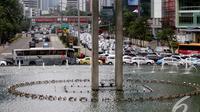 Pemblokiran jalan oleh pengunjuk rasa sekitar 30 menit membuat jalan sekitar kawasan HI macet panjang, Jakarta, Kamis (8/1/2015). (Liputan6.com/Faizal Fanani)